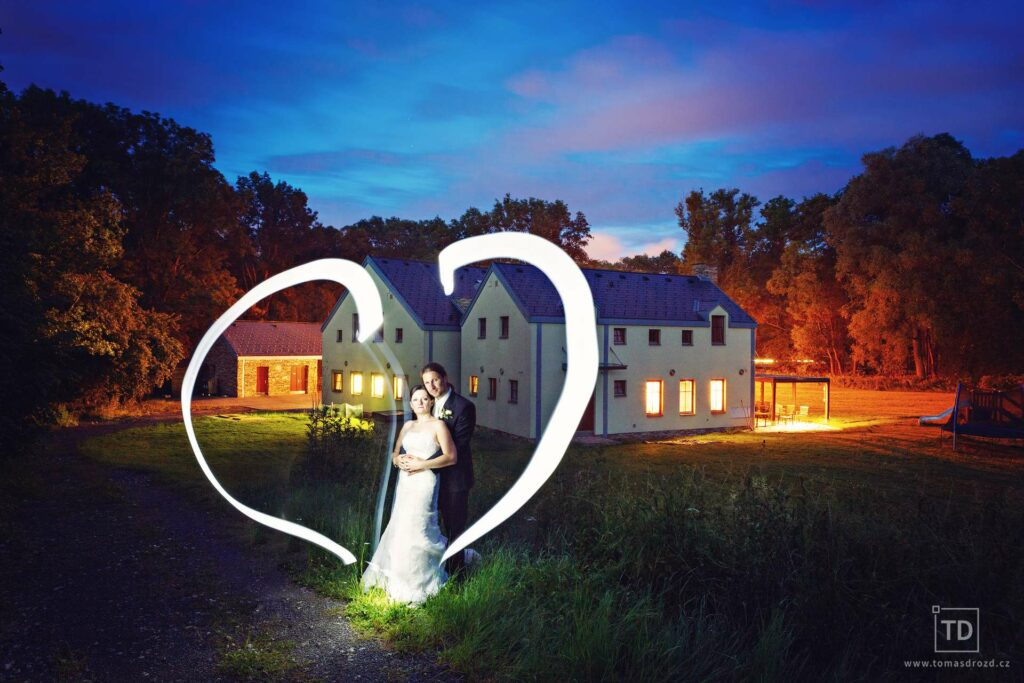 Noční svatební fotografie ženicha a nevěsty od fotografa Tomáše Drozda