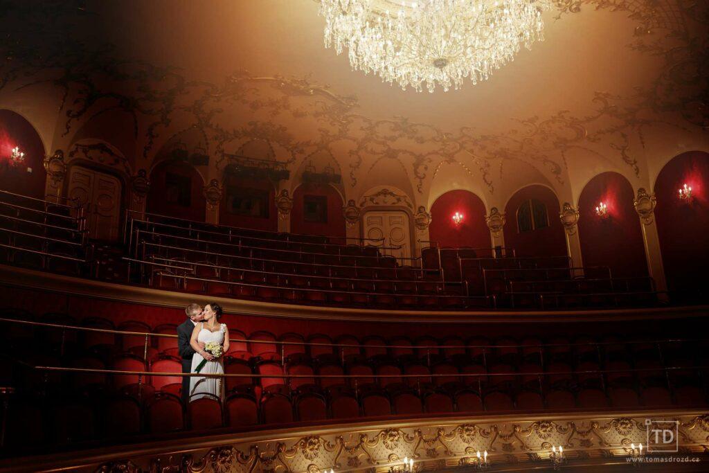 Svatební fotografie ženicha a nevěsty v divadle Antonína Dvořáka od fotografa Tomáše Drozda