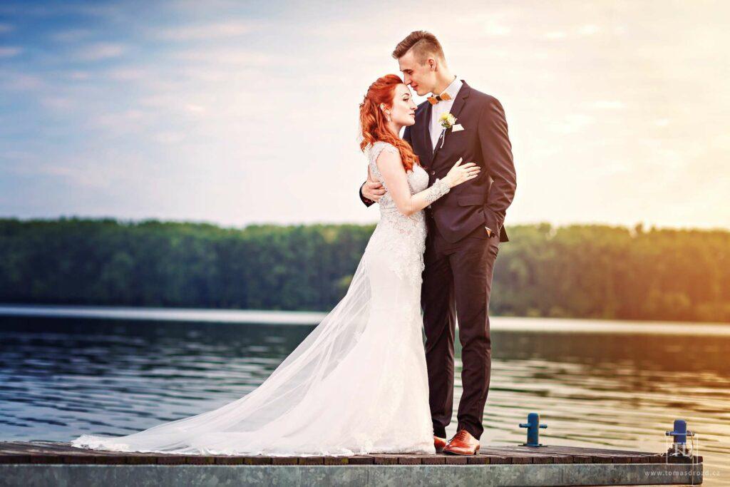 Svatební fotografie ženicha a nevěsty penzionu Maják od fotografa Tomáše Drozda