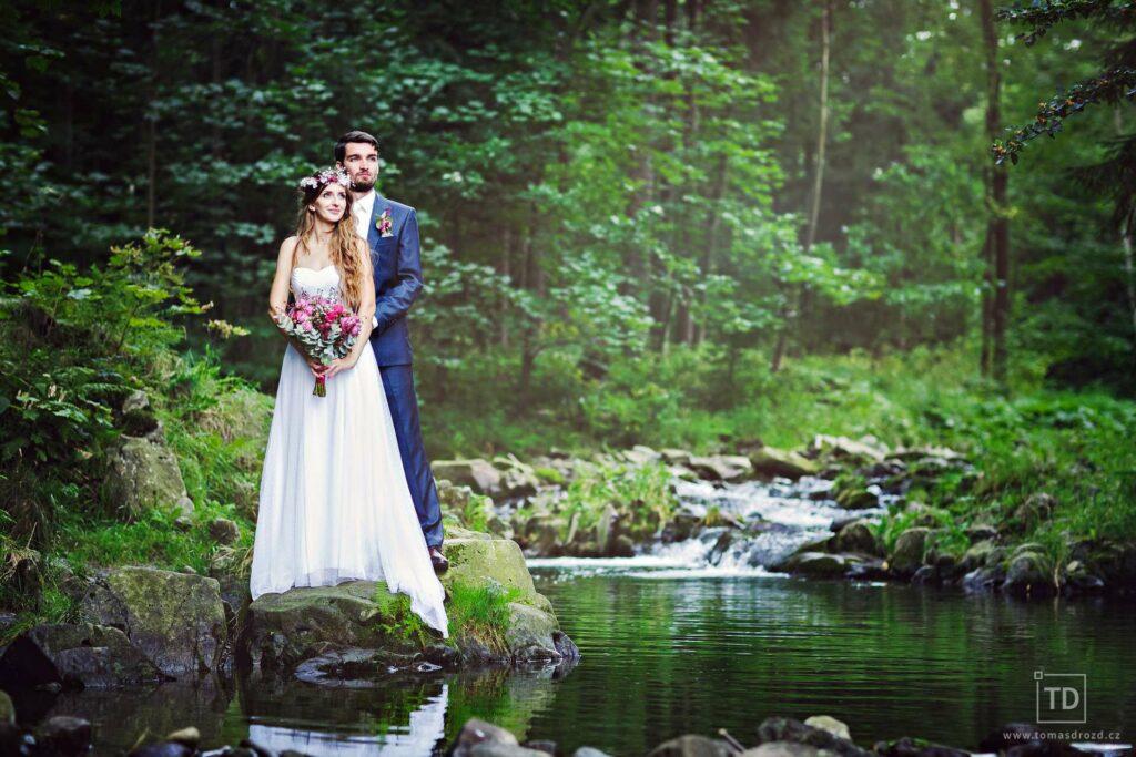 Svatební fotografie ženicha a nevěsty u řeky od fotografa Tomáše Drozda