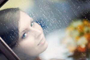 Svatební fotografie nevěsty v dešti od fotografa Tomáše Drozda