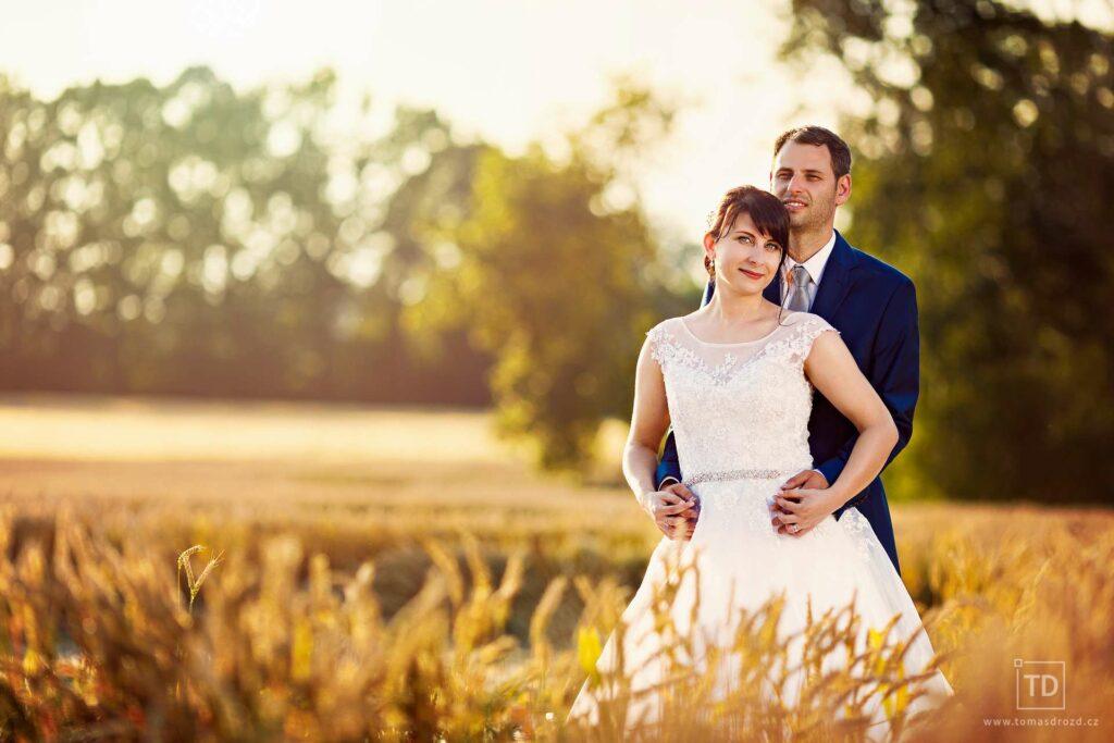 Svatební fotografie ženicha a nevěsty v obilí od fotografa Tomáše Drozda
