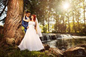 Svatební fotografie ženicha a nevěsty u vodníka Slámy od fotografa Tomáše Drozda