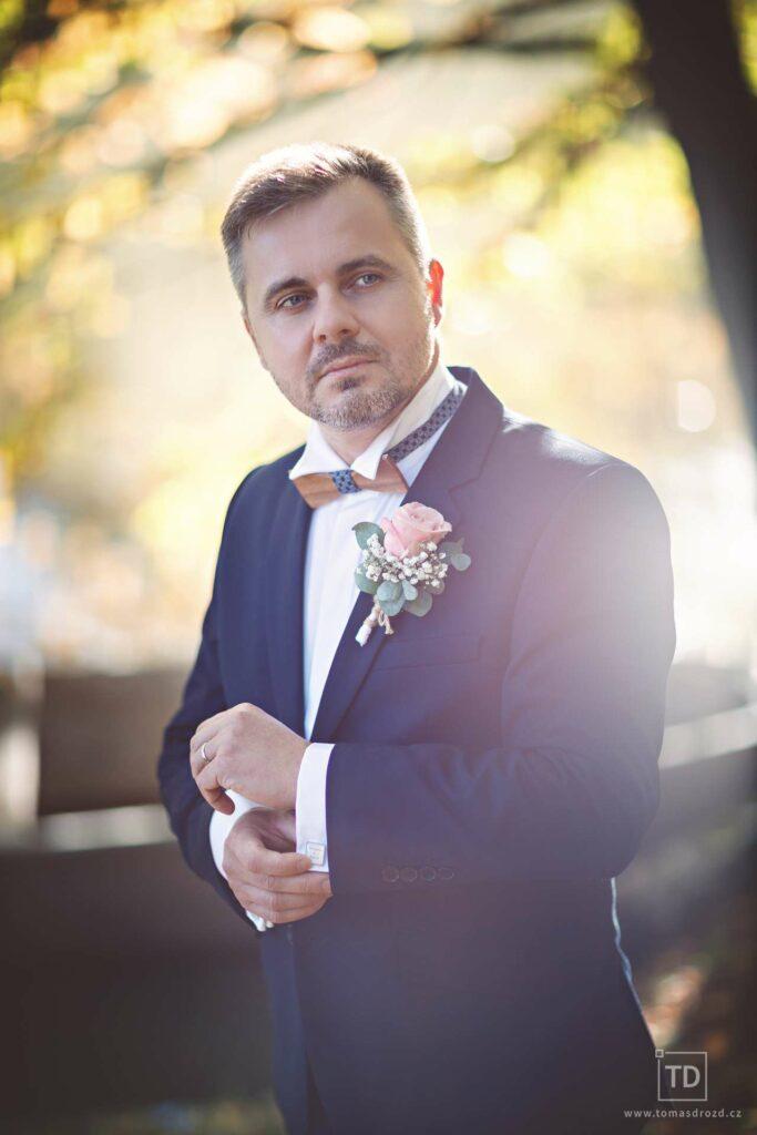 Svatební fotografie ženicha v protisvětle od fotografa Tomáše Drozda