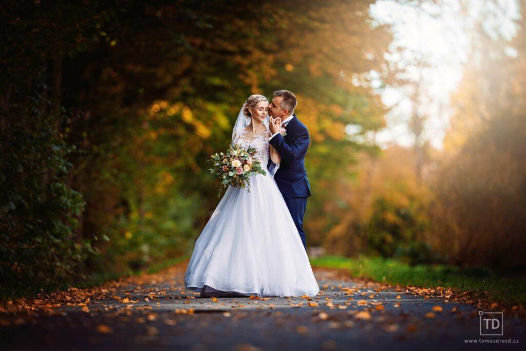 Svatební fotografie ženicha a nevěsty v parku Klimkovice od fotografa Tomáše Drozda