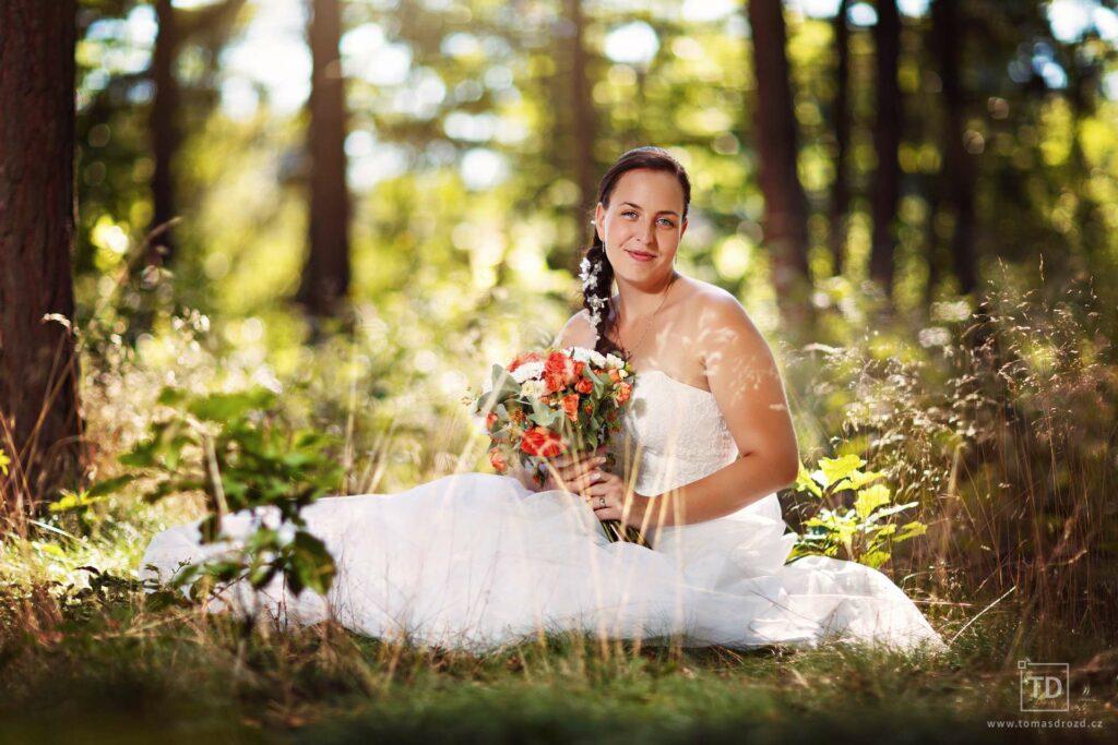 Svatební fotografie nevěsty v lese od fotografa Tomáše Drozda