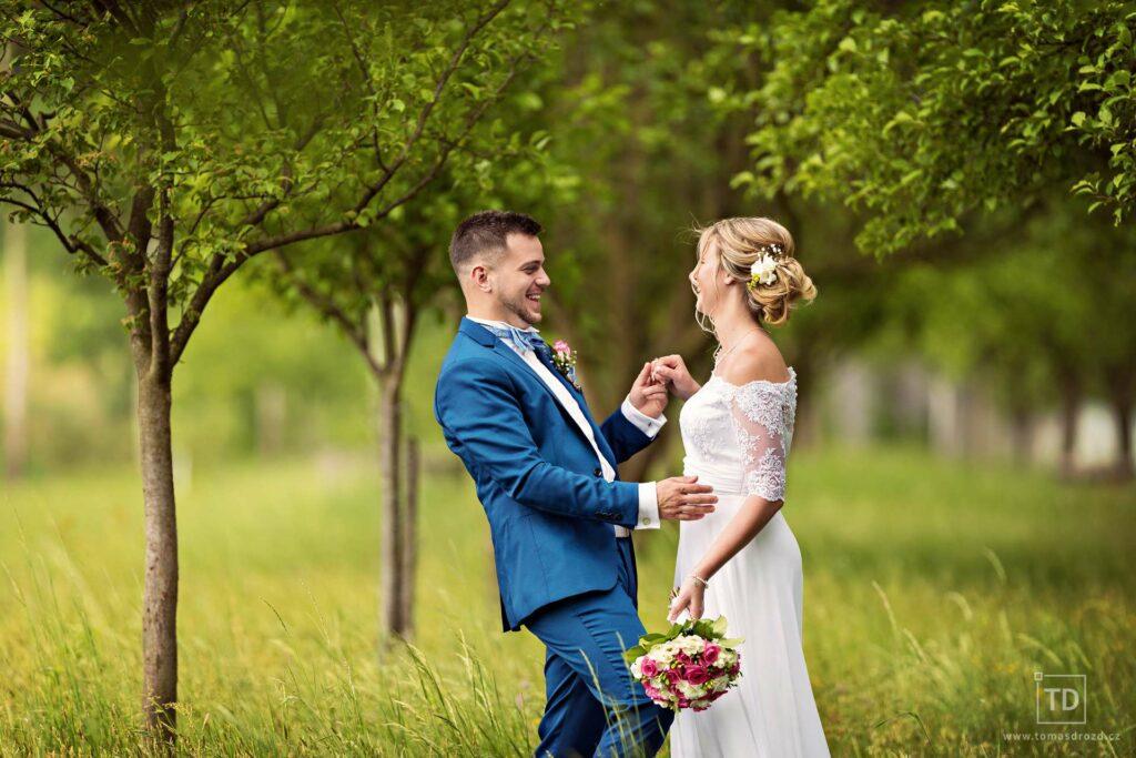 Svatební fotografie ženicha a nevěsty v sadu od fotografa Tomáše Drozda