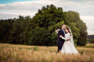Svatební fotografie ženicha a nevěsty na poli od fotografa Tomáše Drozda