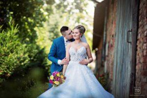 Svatební fotografie ženicha a nevěsty v zámecké restauraci Štáblovice od fotografa Tomáše Drozda