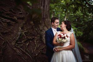 Svatební fotografie ženicha a nevěsty na Hukvaldech od fotografa Tomáše Drozda