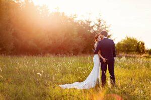 Svatební fotografie ženicha a nevěsty v protisvětle od fotografa Tomáše Drozda