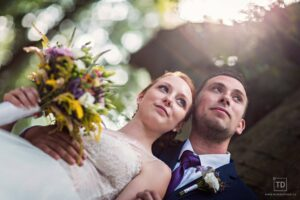 Svatební fotografie ženicha a nevěsty v lese od fotografa Tomáše Drozda