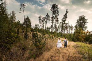 Svatební fotografie ženicha a nevěsty v areálu Setina od fotografa Tomáše Drozda