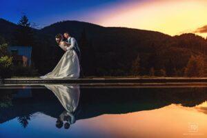 Noční svatební fotografie ženicha a nevěsty v hotelu U Holubů od fotografa Tomáše Drozda