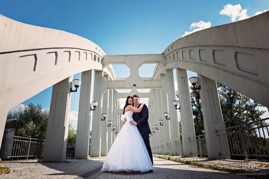 Svatební fotografie ženicha a nevěsty na mostě v Karviné od fotografa Tomáše Drozda