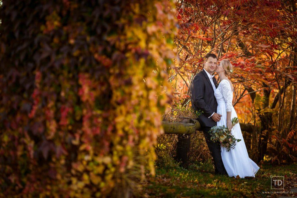 Podzimní svatební fotografie ženicha a nevěsty od fotografa Tomáše Drozda