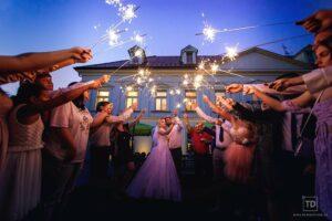 Noční svatební fotografie ženicha a nevěsty na zámečku Petrovice u Karviné od fotografa Tomáše Drozda