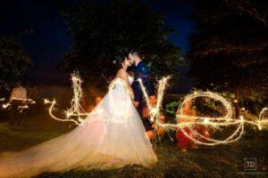 Noční svatební fotografie ženicha a nevěsty v hotelu Palfrig od fotografa Tomáše Drozda