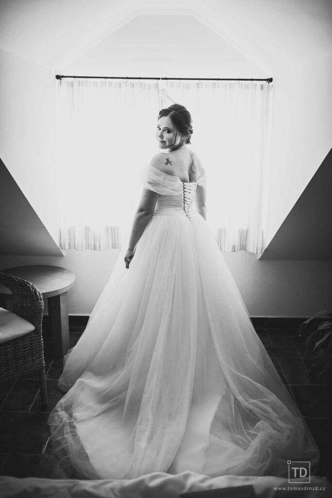 Svatební fotografie ženicha a nevěsty v hotelu Palfrig od fotografa Tomáše Drozda