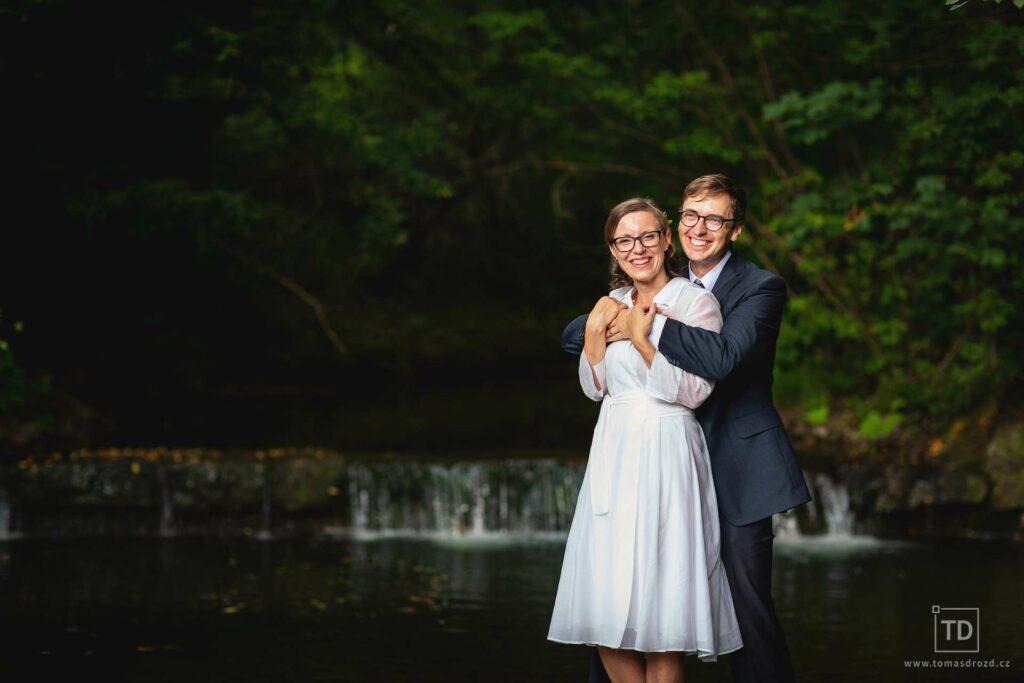 Svatební fotografie u splavu od fotografa Tomáše Drozda