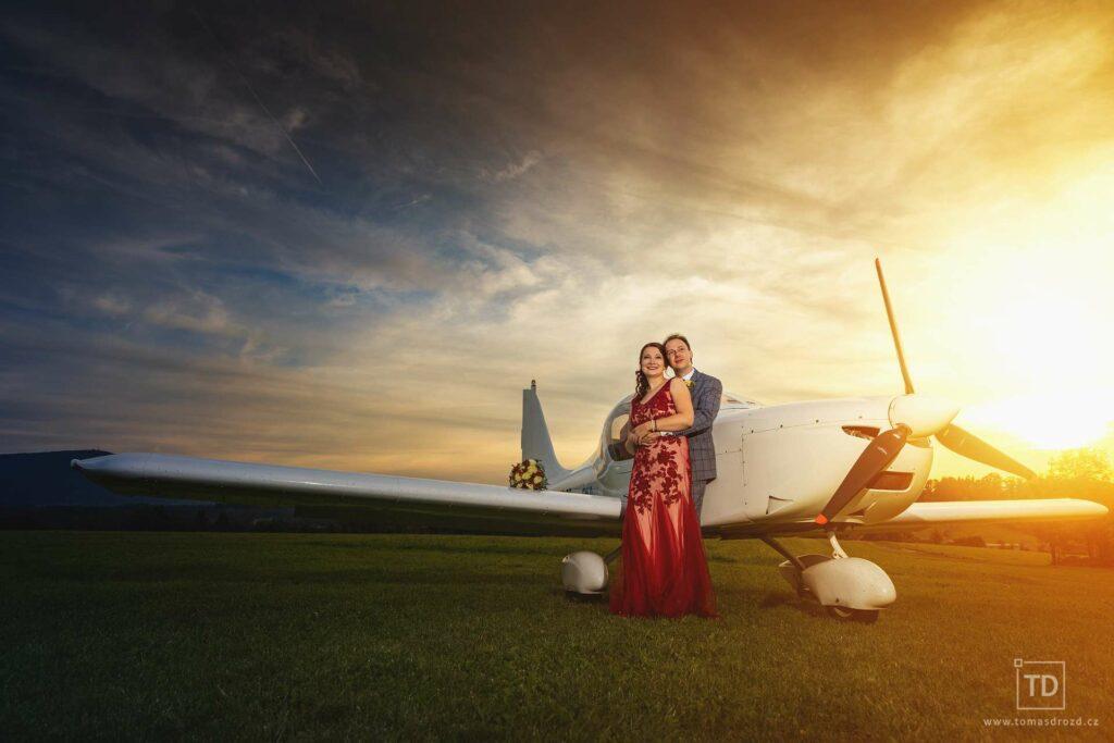 Svatební fotografie od fotografa Tomáše Drozda na letišti v Kunčicích pod Ondřejníkem