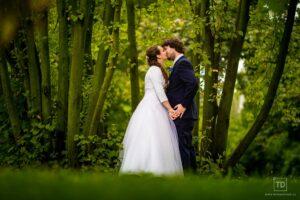 Svatební fotografie od fotografa Tomáše Drozda v zámeckém parku Studénka
